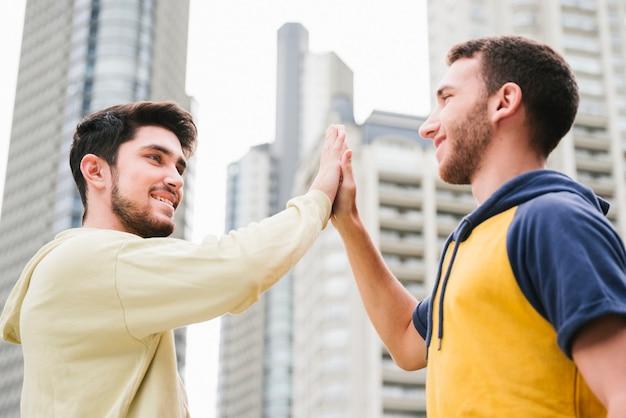 Рад гей-пара дает высокие пять