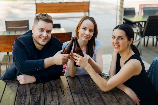Друзья вместе проводят время за алкоголем
