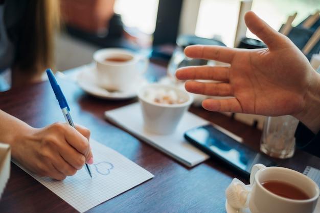 カフェに座って議論する人々