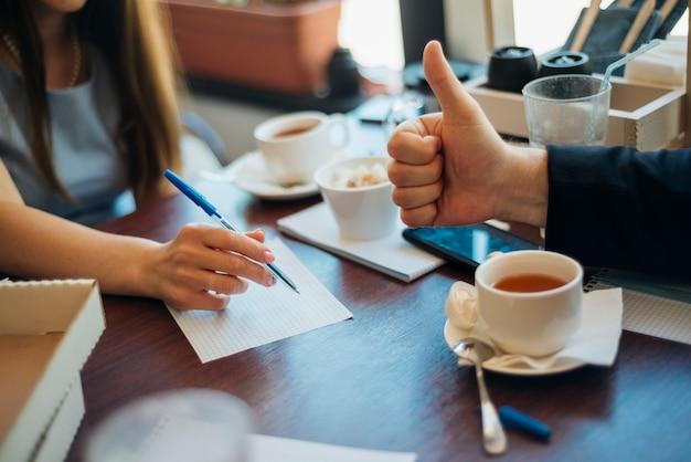 カフェでお茶を飲む人ブレーンストーミング