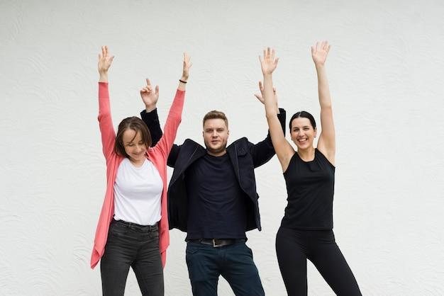 幸せな人々が手を上げる