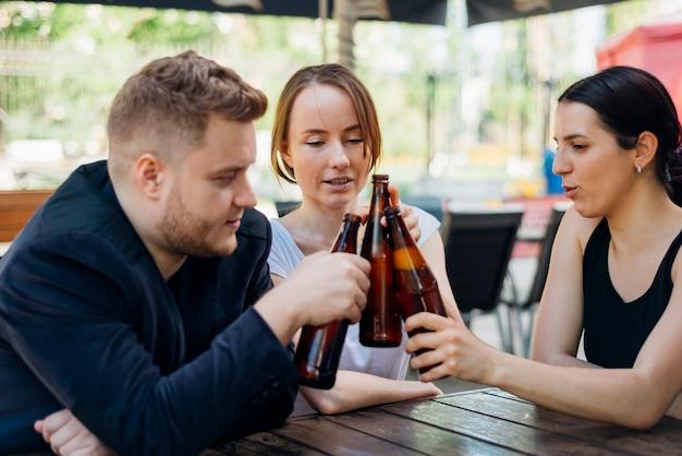 フレンドリーな人々がテラスのレストランで乾杯