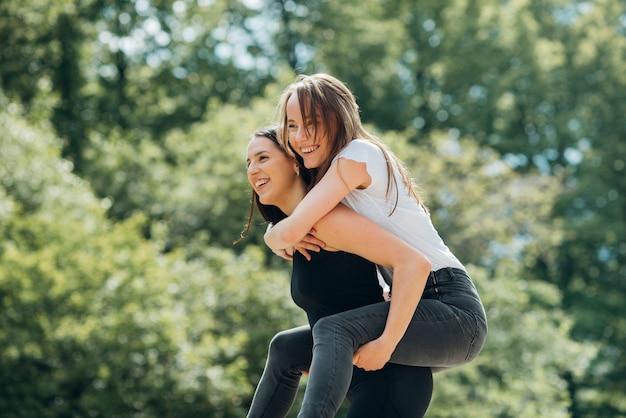 公園で楽しい時間を過ごしているガールフレンド