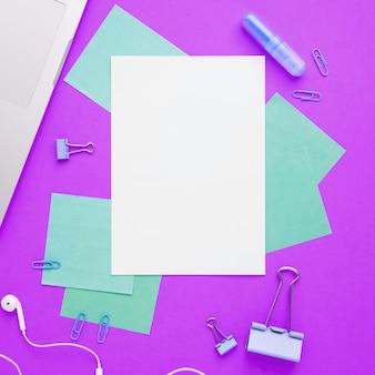 紫色の背景を持つ事務机のレイアウトレイ
