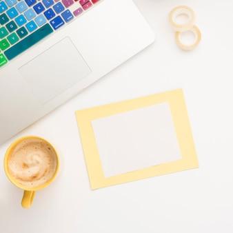 Вид сверху ноутбука с макетом заметки