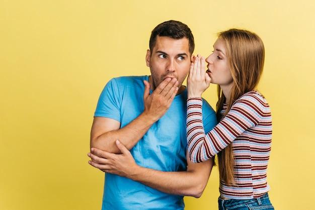 Женщина шепчет своему лучшему другу
