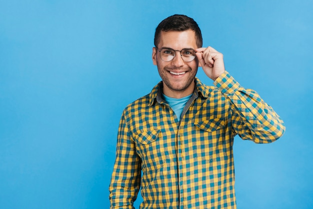 コピースペースで眼鏡をかけて幸せな男