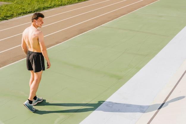 Длинный выстрел спортсмена на беговой дорожке
