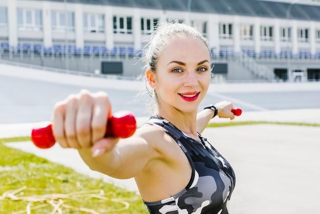 ウェイトトレーニングをする女性の側面図