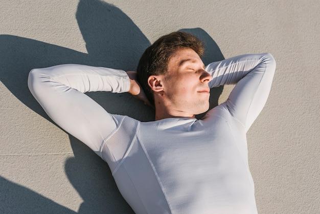 横たわっている運動選手の平面図