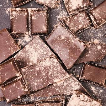 チョコレートを覆う上面図ココアパウダー