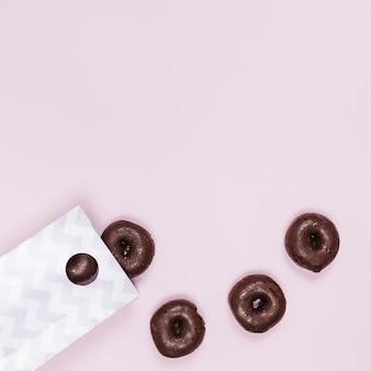 ピンクの背景にフラットレイアウトミニドーナツ