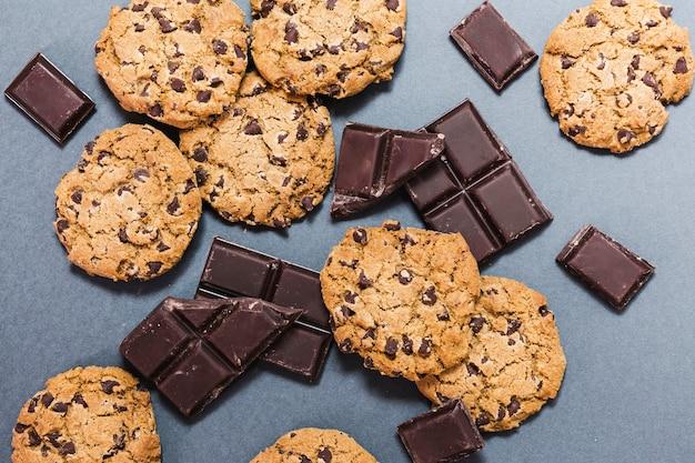 Вид сверху ассортимент с печеньем и темным шоколадом