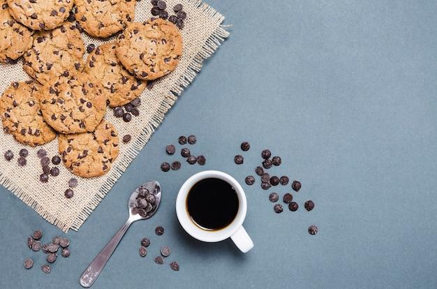 Вид сверху печенье с шоколадной стружкой и кофе