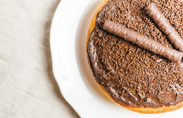 チョコレートケーキとフラットレイチョコレートケーキ