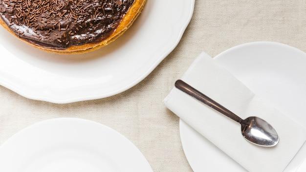クローズアップチョコレートケーキ、皿の上