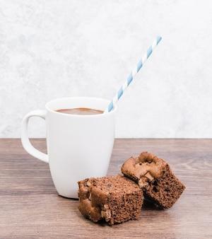 ケーキと正面のホットチョコレートマグカップ