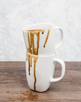 こぼれたコーヒーと正面ダーティマグカップ