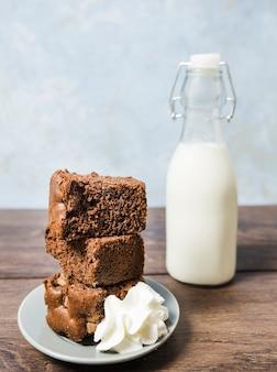 ケーキと牛乳瓶の正面配置
