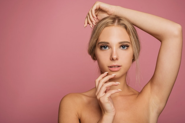 コピースペースでポーズをとって若い女性モデル