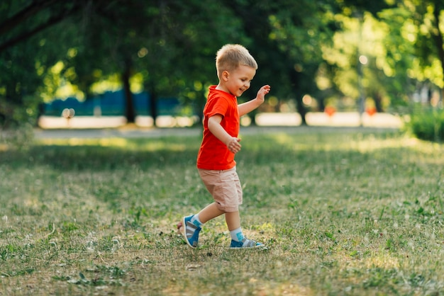 Счастливый ребенок играет в парке