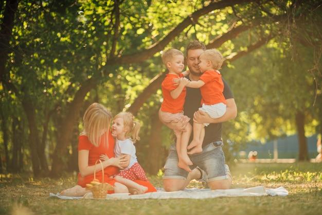 公園でロングショットの家族