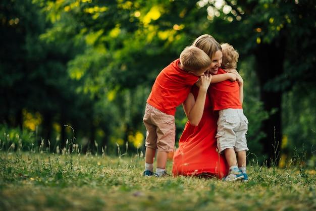 Мать обнимает своих детей