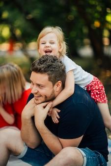 Счастливая дочь обнимает отца сзади