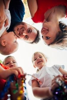 Низкий угол счастливой семьи