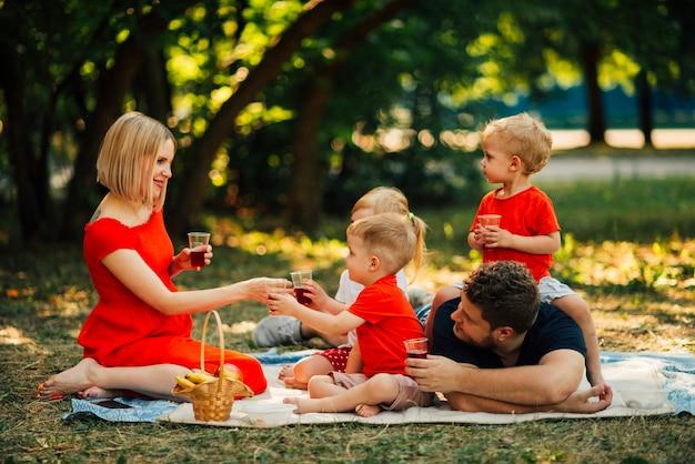 家族がお互いを見て、笑顔