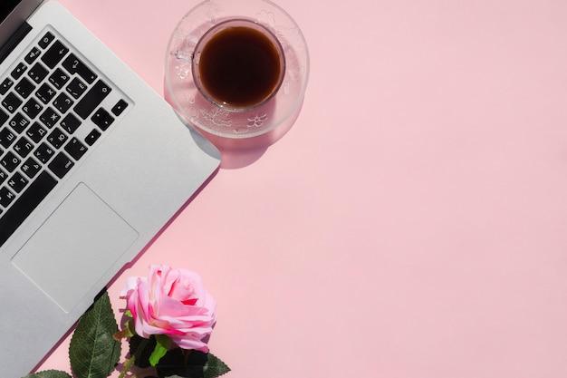 ピンクの背景のトップビューデスクコンセプト