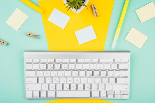かわいい机の上のワイヤレスキーボード