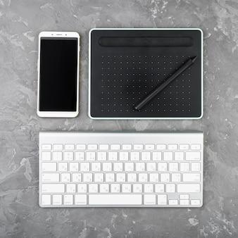 スレートの背景に現代のデジタル機器