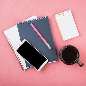 一杯のコーヒーとオフィス文具