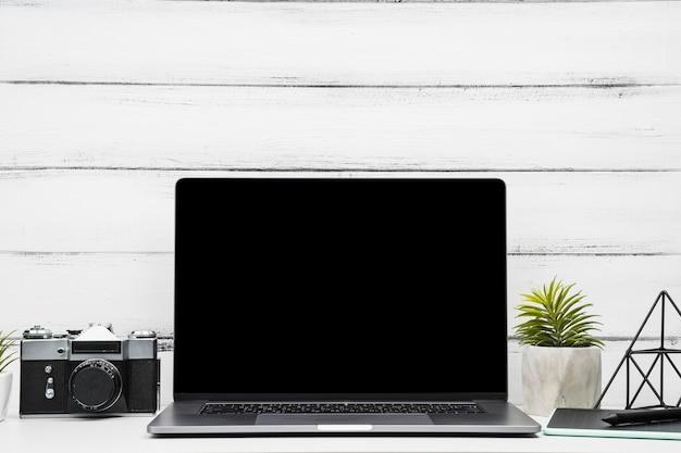 Вид спереди ноутбук с камерой на деревянном фоне