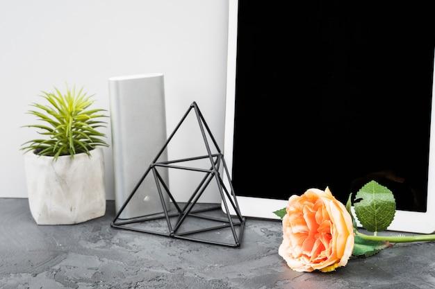 机の装飾とバラの配置
