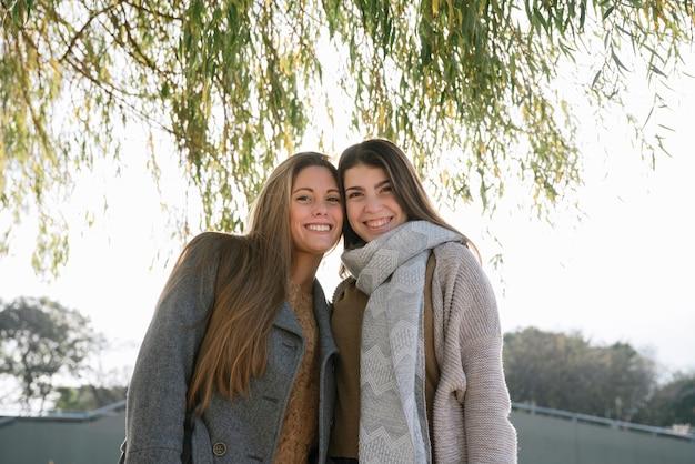 公園で二人の笑顔の女性のミディアムショット