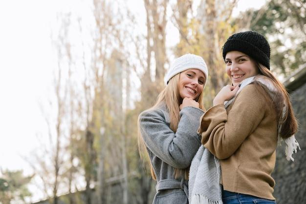 公園で二人の笑顔の女性の側面図ミディアムショット