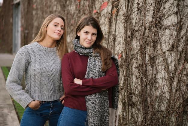 Средний снимок двух уверенных женщин, смотрящих на камеру