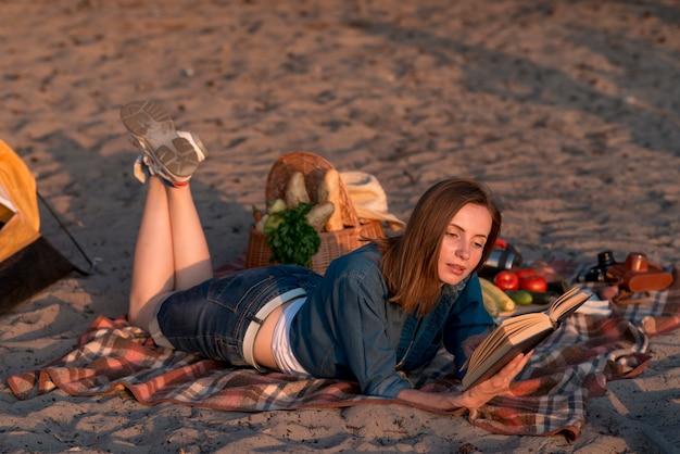横向きの女性が本を読んで