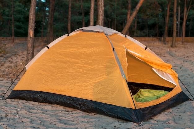 砂の中のサイドワットキャンプテント