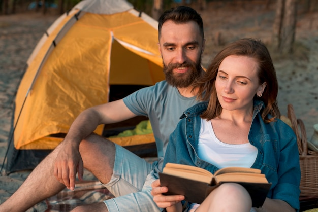 幸せなカップルが一緒に読んで