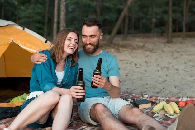 ピクニックを楽しんで幸せなカップル