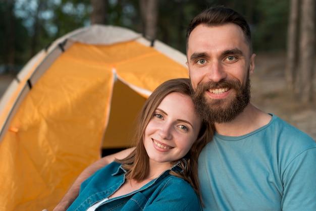 テントの横にある幸せなカップルのクローズアップ
