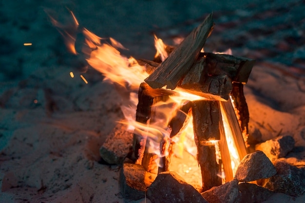 夜に燃えるキャンプの火