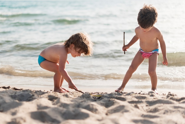 ビーチで遊ぶ子供たちのロングショット