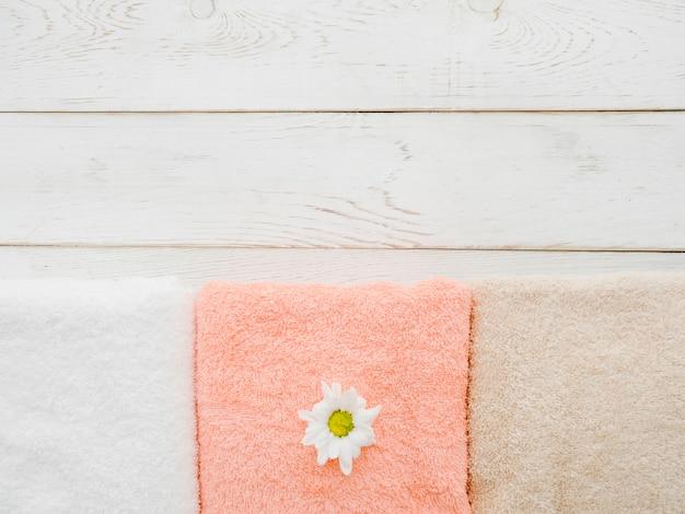 Вид сверху полотенца на деревянном фоне с копией пространства