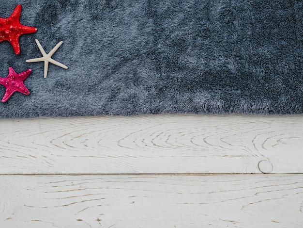 Вид сверху морская звезда и полотенце с копией пространства