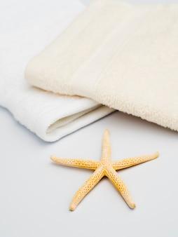 タオルと白い背景の上のヒトデ