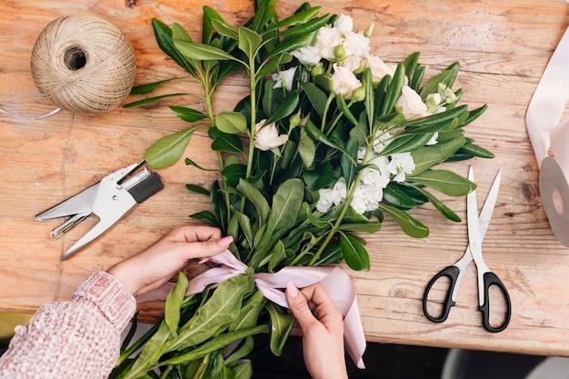 Вид сверху букет цветов с бантиком